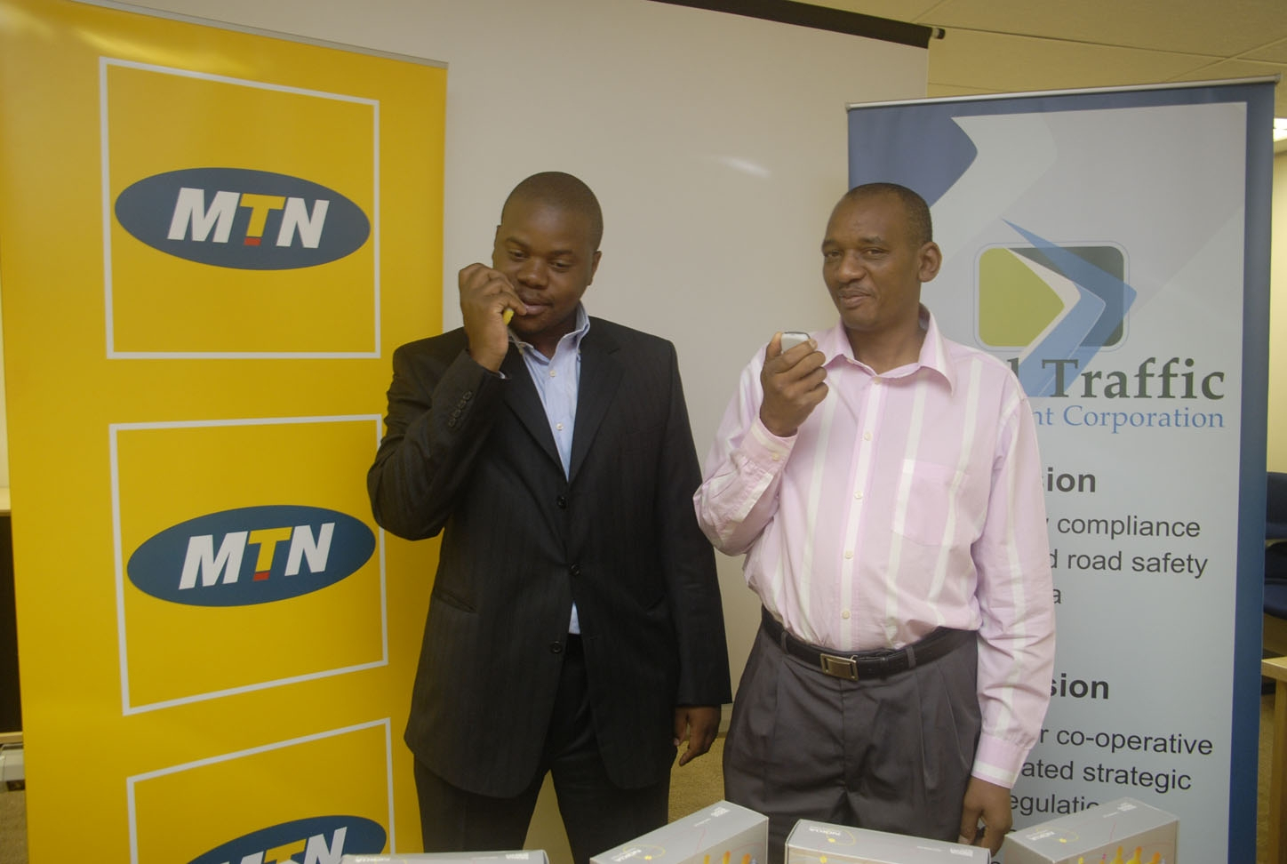 050407 mtn cbu ptt phone handover to rtmc 2 MTN Rwanda deploys Aradials triple A cutting edge solution