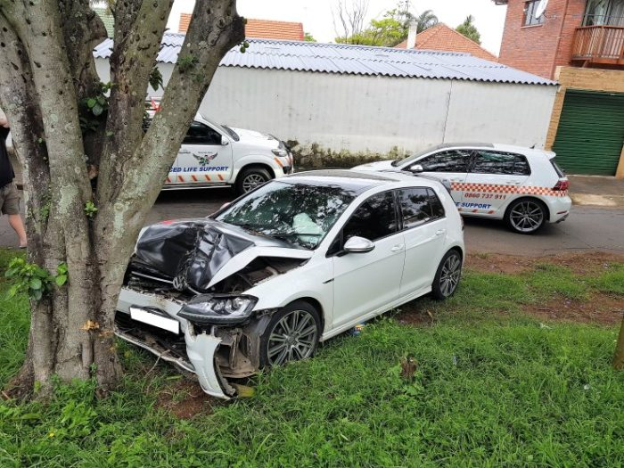 2 injured as vehicle collides with a tree in Glenwood Durban